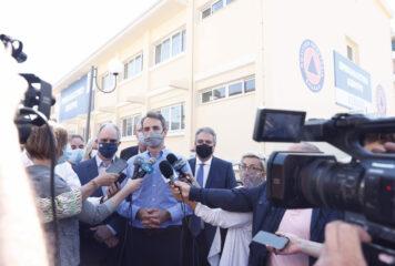 Γιάννενα: Η επίσκεψη του Μητσοτάκη στο νέο εμβολιαστικό κέντρο και στην Team Viewer (φωτογραφίες)