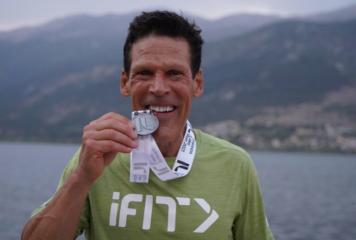 Ντιν Καρνάζης: Ο άνθρωπος που έχει τρέξει μαραθώνιο 80 ωρών χωρίς ύπνο στο Ioannina Lake Run