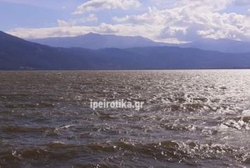 Φουρτούνιασε η λίμνη Ιωαννίνων (βίντεο+φωτό)