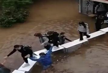 Βίντεο – κακοκαιρία «Μπάλλος»: Μαθητές βγαίνουν πάνω σε θρανία