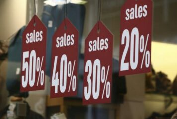 Πότε ξεκινούν οι ενδιάμεσες εκπτώσεις – Ποιες Κυριακές θα είναι ανοιχτά τα καταστήματα